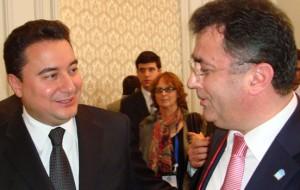Turks minister BZ Ali Babacan ontvangt boek over Euroturken van Veyis Güngör